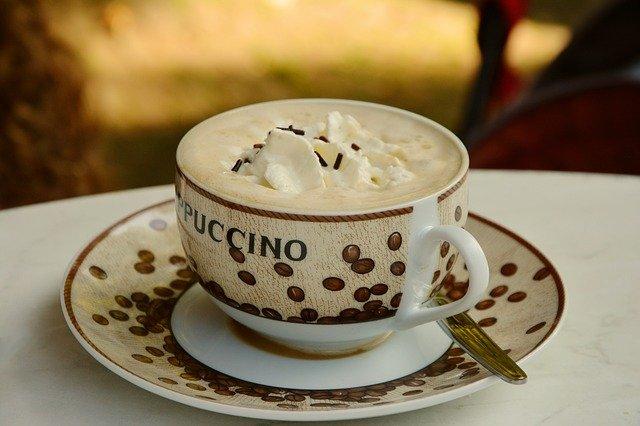 Cappuccino in der Vergangenheit versehen mit einen Klecks Schlagsahne