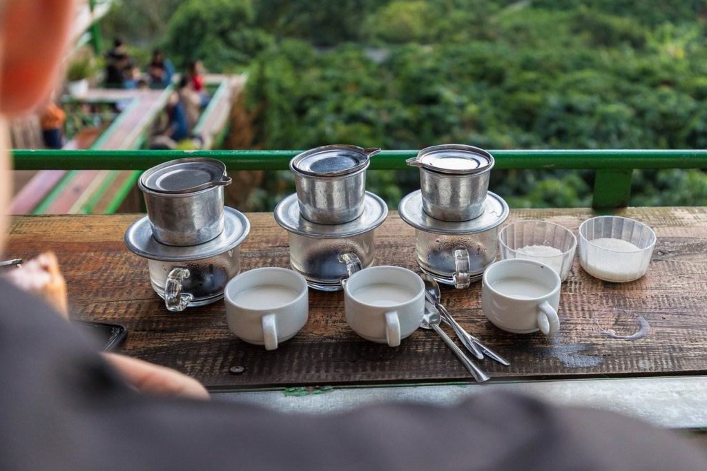 Vietnam: Klassische Zubereitung mit Tassenfilter aus Metall